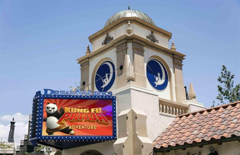 """Un cartel de la película """"Kung Fu Panda"""" en la entrada del denominado DreamWorks Theatre, un cine donde se proyectarán una serie de cortometrajes basados en franquicias del estudio, localizado en Universal Studios, en Hollywood."""