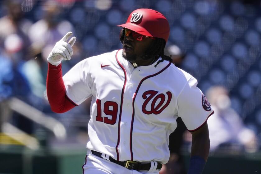 El toletero de los Nacionales de Washington Josh Bell celebra mientras recorre las bases tras batear un jonrón de dos carreras en el primer inning de un partido de las Grandes Ligas contra los Filis de Filadelfia el jueves, 13 de mayo del 2021. (AP Foto/Alex Brandon)
