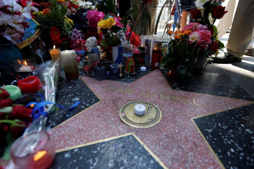 La estrella de Juan Gabriel en el Paseo de la Fama de Hollywood está siendo visitada por muchos fans desconsolados.