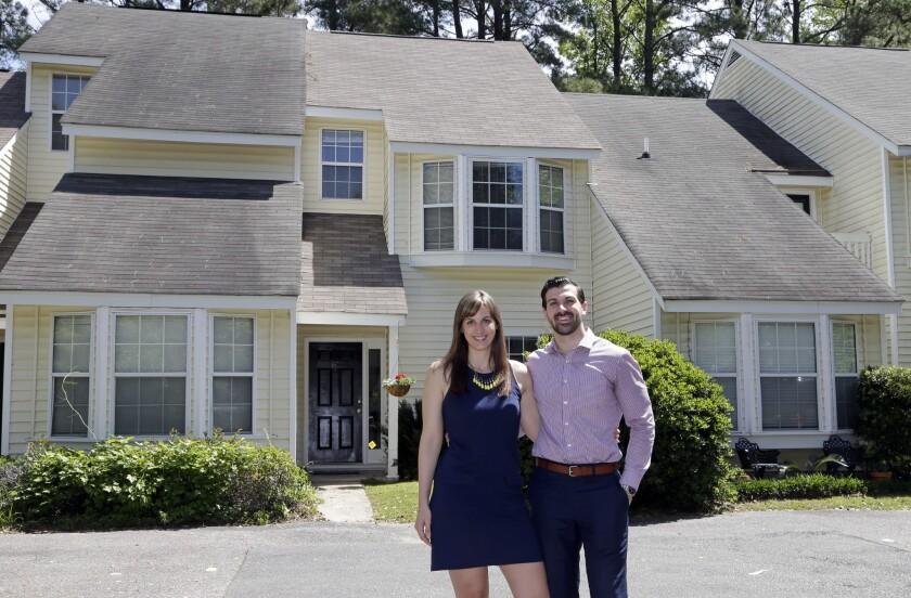 Joe Fabie y su esposa Christi posan el 19 de abril del 2016 frente a la casa que alquilan en Charleston, South Carolina. Los dos son abogados y tienen que pagar préstamos estudiantiles, por lo que les cuesta ahorrar dinero para comprar una vivienda.