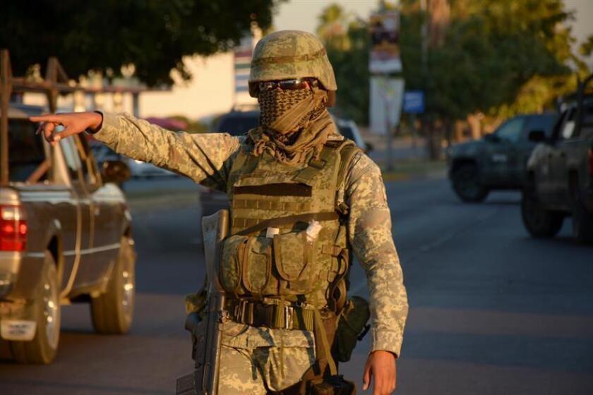 Un integrante de la Marina Armada de México participa en un operativo en una calle de la ciudad de Culiacán (México). EFE/Archivo