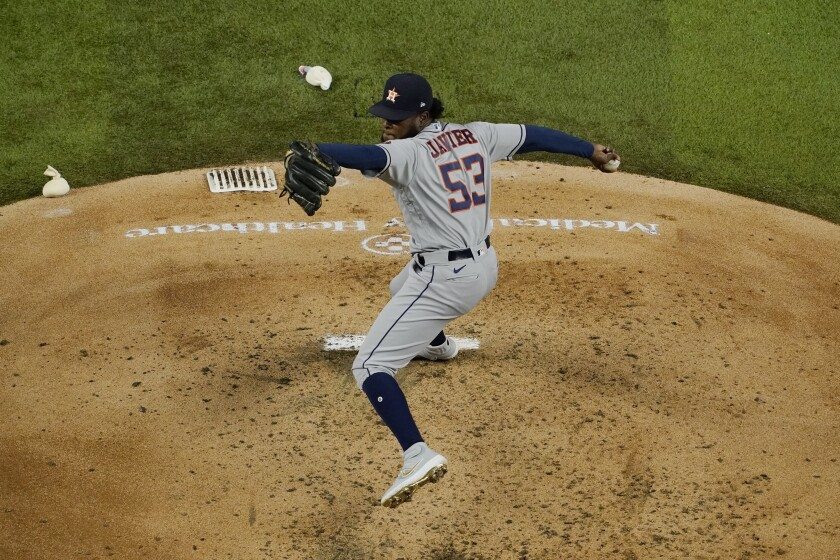 El dominicano Cristian Javier, de los Astros de Houston, lanza en el duelo ante los Rangers de Texas, el jueves 24 de septiembre de 2020 (AP Foto/Tony Gutiérrez)