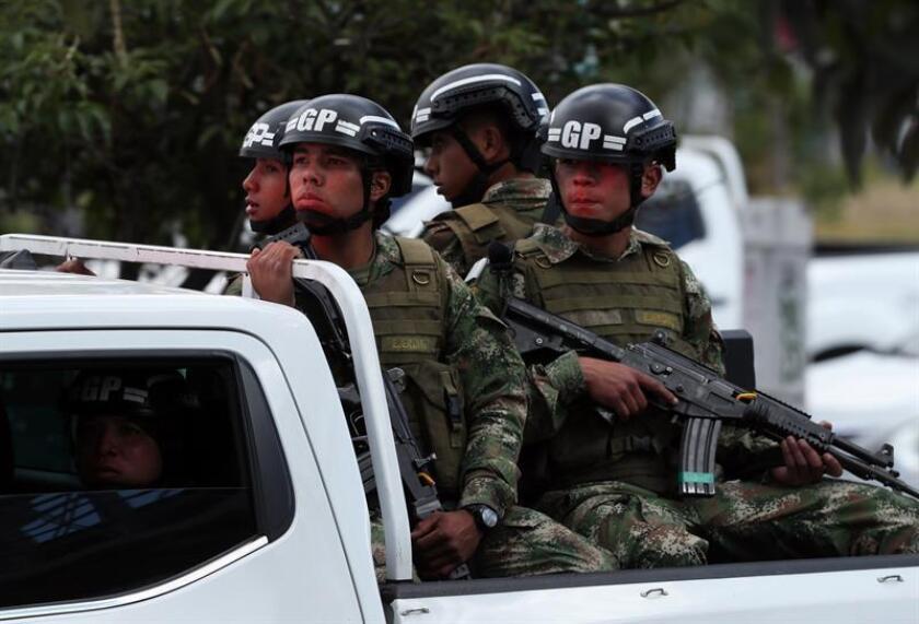 Miembros del Ejército de Colombia llegan al lugar donde un carro bomba causó una explosión este jueves en la Escuela General Santander de la Policía en Bogotá (Colombia). EFE