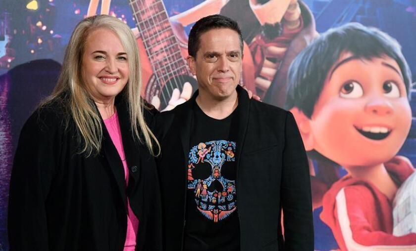 """La productora estadounidense Darla K. Anderson (i) y el director estadounidense Lee Unkrich (d) posan durante el pase gráfico de la película """"Coco"""". EFE/Archivo"""