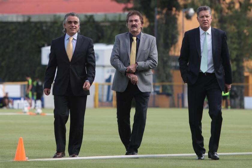 (i-d) El presidente operativo del América, José Romano; el entrenador del América, Ricardo Lavolpe y el presidente deportivo del América, Ricardo Peláez. EFE/Archivo