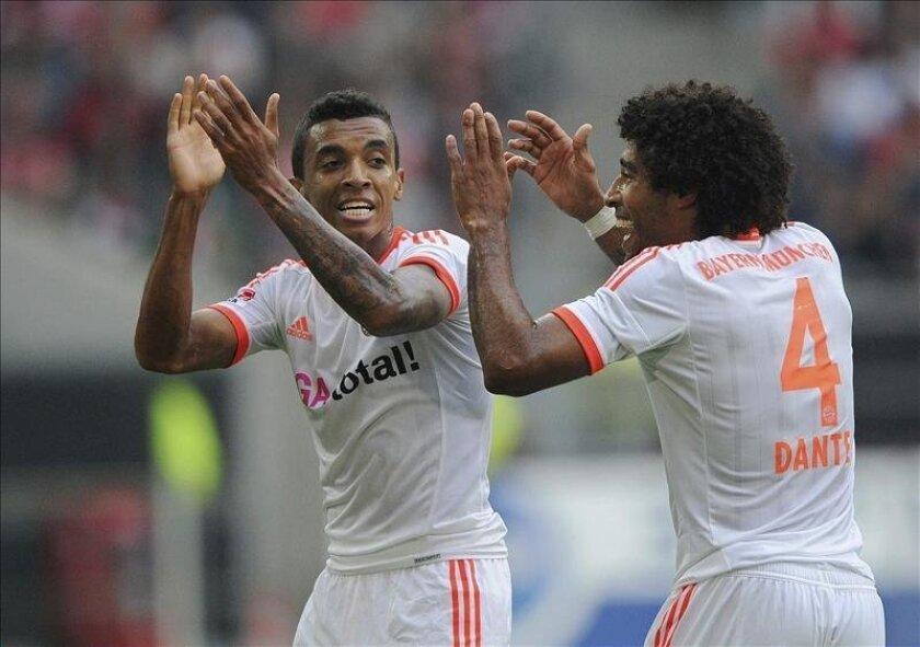 El jugador del Bayern de Münich, Luiz Gustavo (i) celebra con su compañero Dante un gol. EFE/Archivo