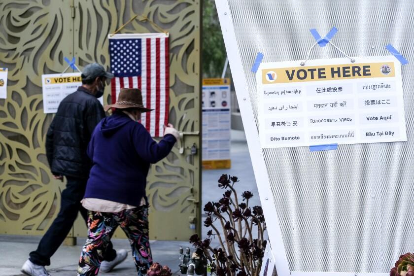 Unas personas llegan a emitir su voto en Los Ángeles, el martes 14 de septiembre de 2021.