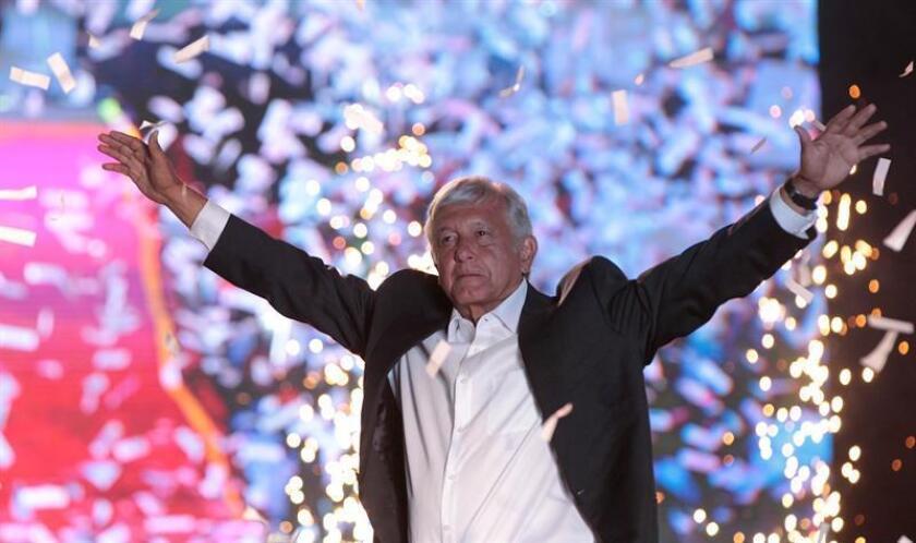 El canditato izquierdista por el Movimiento Regeneración Nacional (Morena), Andrés Manuel López Obrador durante el cierre de campaña, en el estadio Azteca en Ciudad de México (México). EFE/Archivo