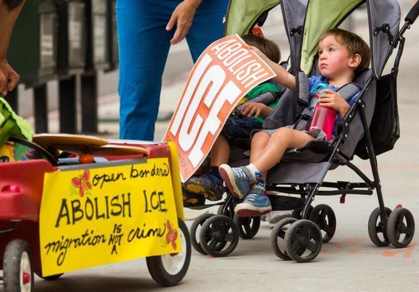 Los padres y sus hijos participan en una manifestación contra las separaciones de familias inmigrantes en EEUU. EFE/Archivo