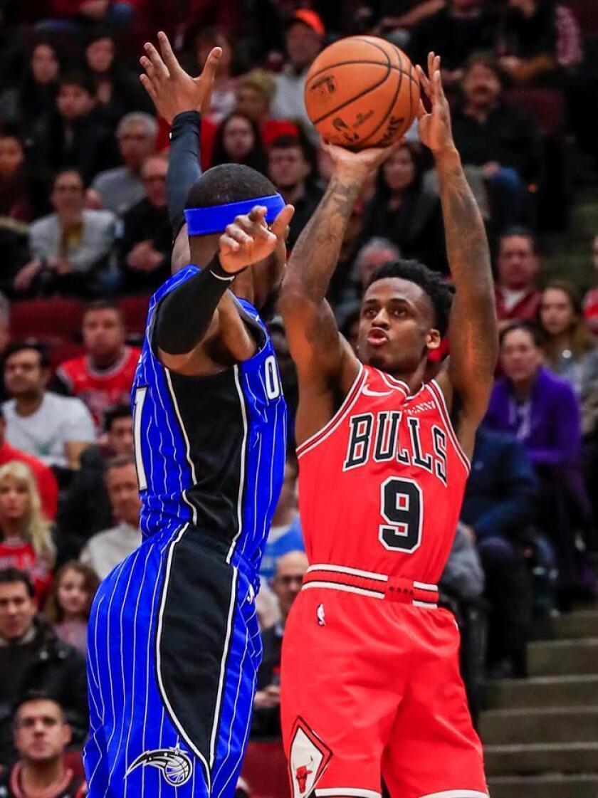 El escolta de los Bulls de Chicago, Antonio Blakeney (d) dispara sobre el escolta de Orlando Magic, Terrence Ross (i) durante un juego de la NBA entre Orlando Magic y los Chicago Bulls en el United Center de Chicago, Illinois, EE. UU.. EFE/Archivo