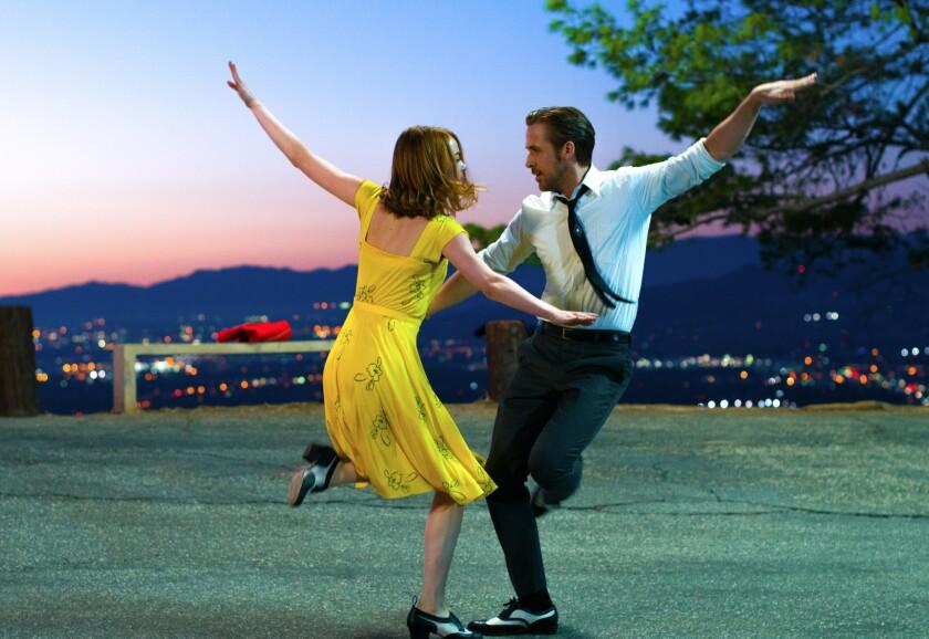 """Emma Stone y Ryan Gosling en una escena de """"La La Land"""", una mezcla de musical y comedia romántica que está siendo fuertemente mencionada con miras al Oscar."""