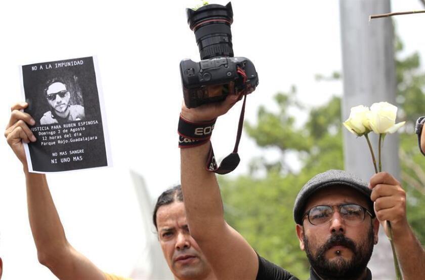 Decenas de periodistas del estado de Jalisco (México) participan de una protesta por la violencia que se ha desatado contra los periodistas. EFE/Archivo