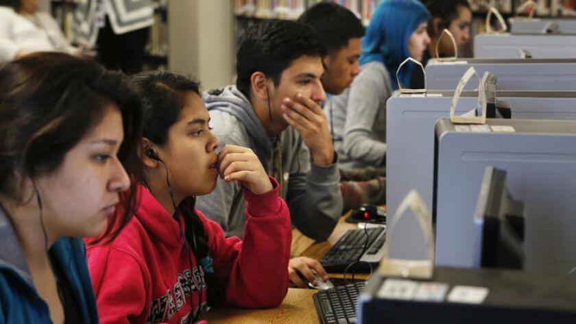 Estudiantes de la escuela Francisco Bravo Medical Magnet High School, el año pasado practicando para los nuevos exámenes (Anne Cusack / Los Angeles Times).