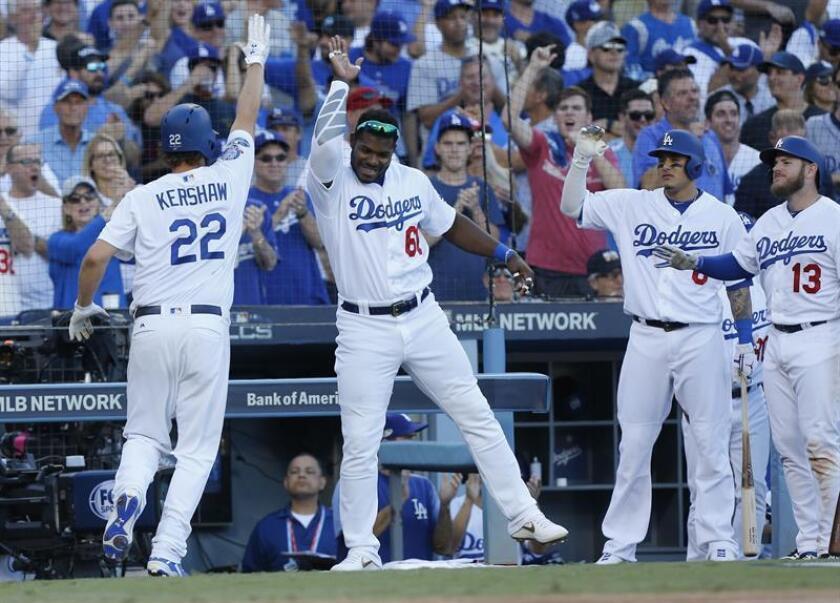 l lanzador de los Dodgers Clayton Kershaw (i) celebra con sus compañeros de equipo Yasiel Puig (2-i) de Cuba, Manny Machado (2-d) and Max Muncy (d) tras marcar en un RBI doble de Justin Turner durante la séptima entrada del juego cinco de la Serie de Campeonato de la Liga Nacional. EFE/Archivo