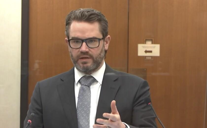 En esta imagen tomada de un video, el abogado defensor Eric Nelson interroga al policía de Minneapolis Peter Chang