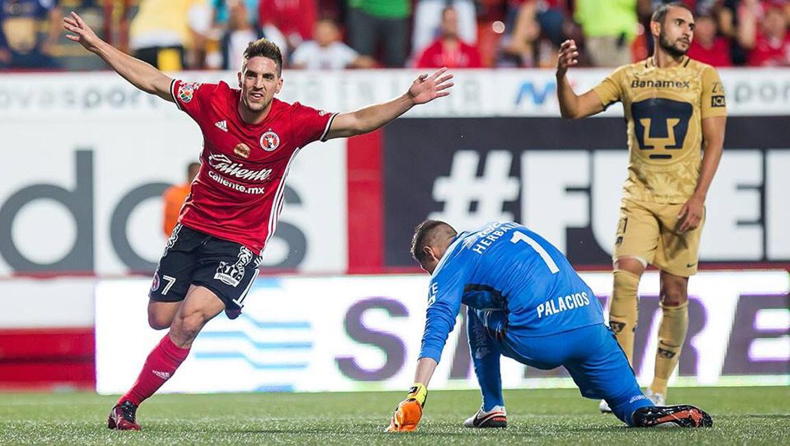 Con solitaria anotación del argentino Gabriel Hauche, Xolos Tijuana venció 1-0 a Pumas para mantenerse como líder general del torneo Apertura 2016 del futbol mexicano.