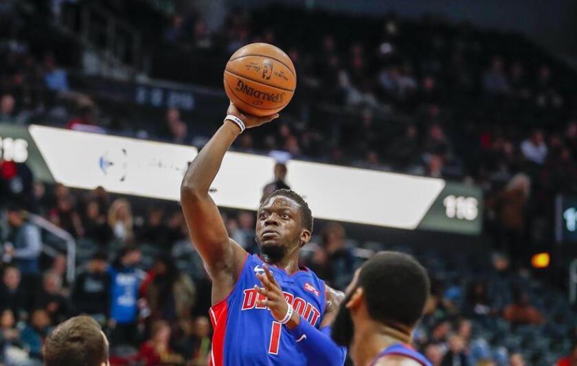 El italiano Reggie Jackson de Detroit Pistons lanza durante un juego de la NBA. EFE/Archivo