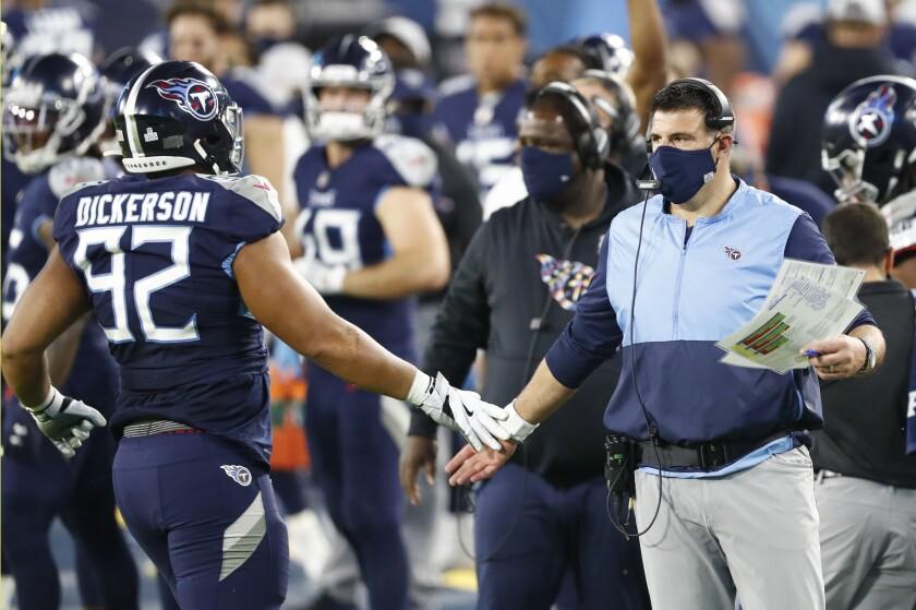 Mike Vrabel, entrenador de los Titans de Tennessee, da indicaciones al defensive end Matt Dickerson