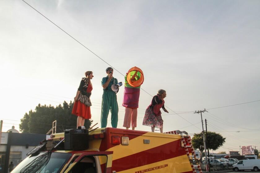 Jóvenes estadounidenses que dan vida a un circo itinerante divierten hoy a decenas de niños