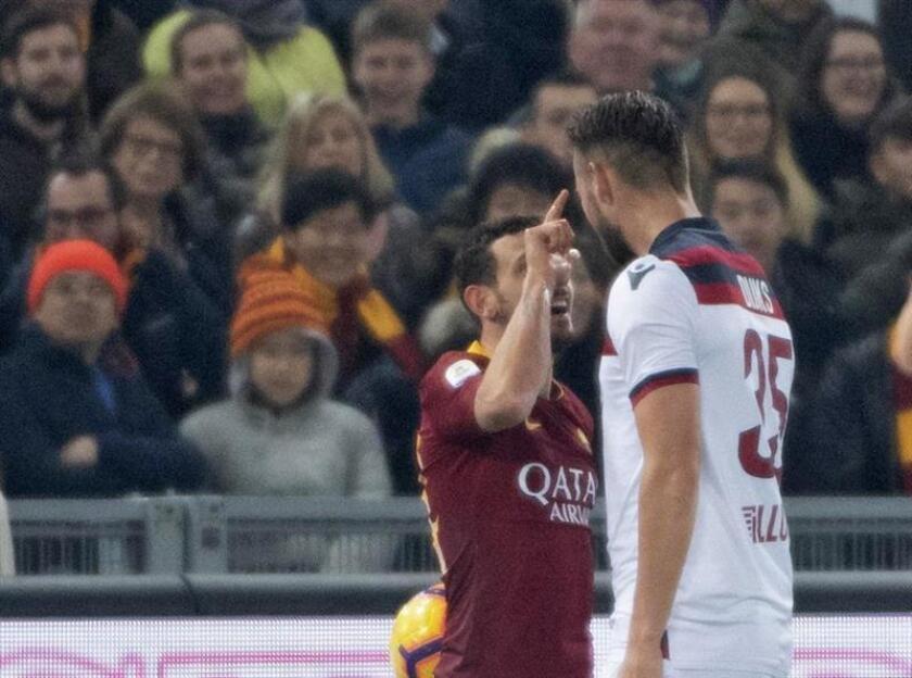 El jugador Alessandro Florenzi (i) de Roma discute con Mitchell Dijks (d) de Bolonia, durante un partido de la Serie A italiana entre Roma y Bolonia en el estadio Olímpico en Roma (Italia). EFE