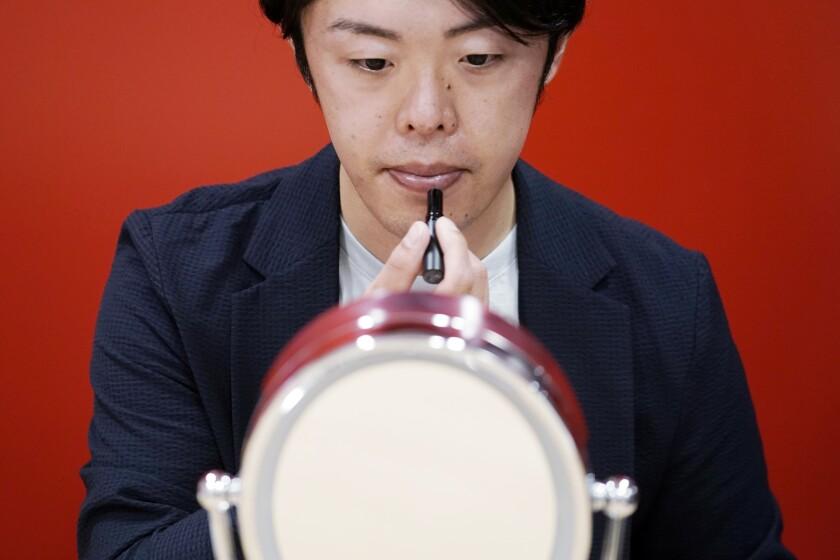 Naruhiko Ito, ejecutivo de Shiseido, muestra el bálsamo para hombres que acaba de lanzar la empresa en Tokio