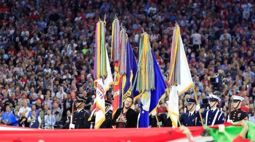 El cantante estadounidense Luke Bryan interpreta el Himno Nacional durante la ceremonia antes del comienzo del Super Bowl LI en el Estadio NRG en Houston, Texas, USA, hoy 5 de febrero de 2017. Los campeones de la AFC juegan al campeón de la NFL Atlanta Falcons en el campeonato anual de la NFL. EFE