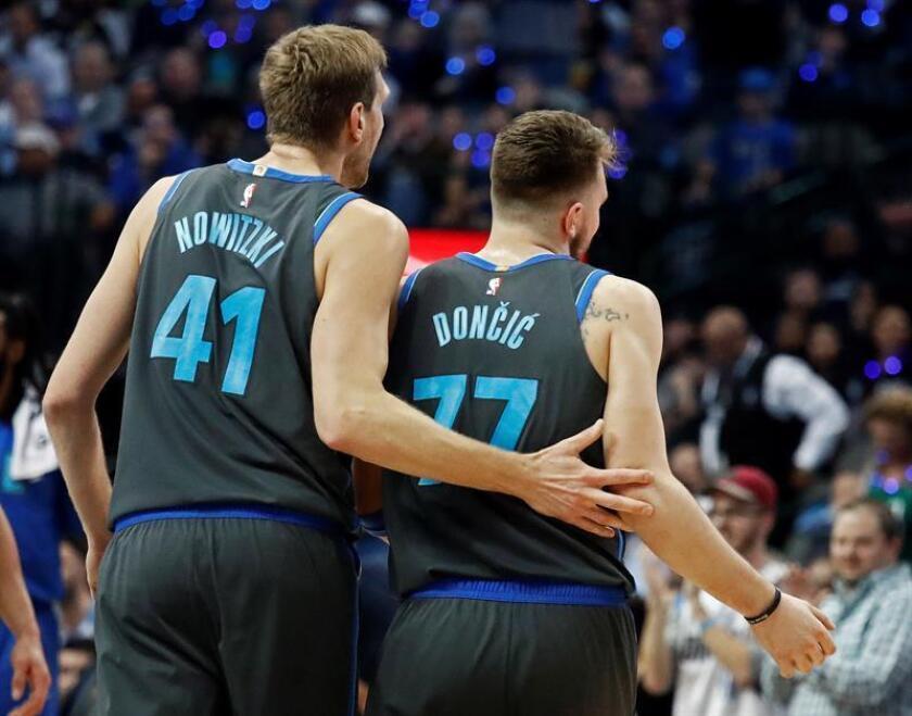 En la imagen, el jugador de los Mavericks de Dallas Dirk Nowitzki (i) celebra con su compañero de equipo Luka Doncic (d). EFE/Archivo