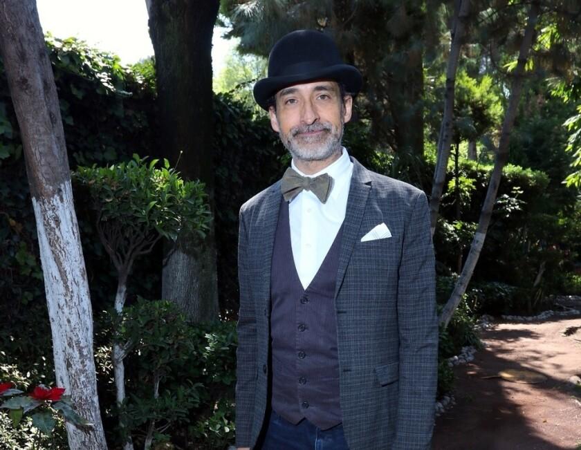 """Bruno Bichir se saca el sombrero de actor para asumir la dirección de """"Revoluciones"""", que se presenta desde este fin de semana en LATC."""