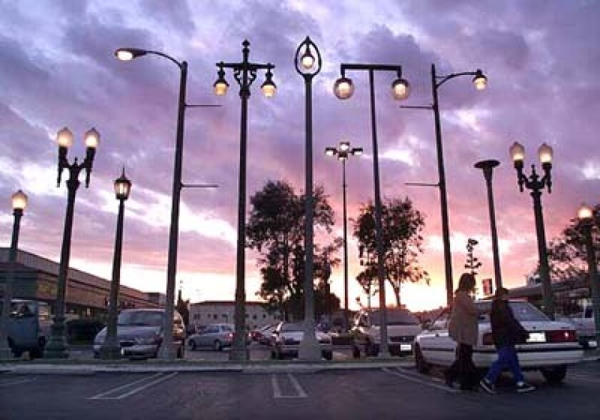 """Sheila Klein's light post sculpture """"Vermonica"""" as it was installed in a strip mall in East Hollywood until 2017"""