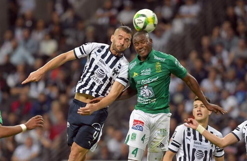 Nicolás Sánchez (i) de Rayados de Monterrey disputa el balón con Andrés Mosquera (d) de León hoy, durante un partido correspondiente a la jornada 2 del Torneo Clausura 2019, entre Rayados de Monterrey y León, celebrado en el estadio BBVA de la ciudad de Monterrey (México). EFE