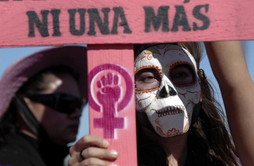 Una mujer protesta contra el asesinato de mujeres en México.