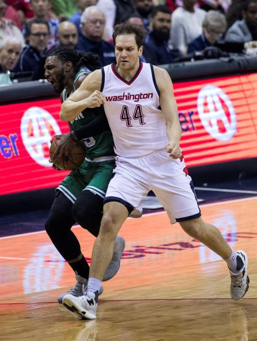 El alero croata Bojan Bogdanovic anotó 21 puntos para los Pacers de Indiana en una victoria que les permite subir al segundo puesto de la División Central con marca de 29-23. EFE/Archivo