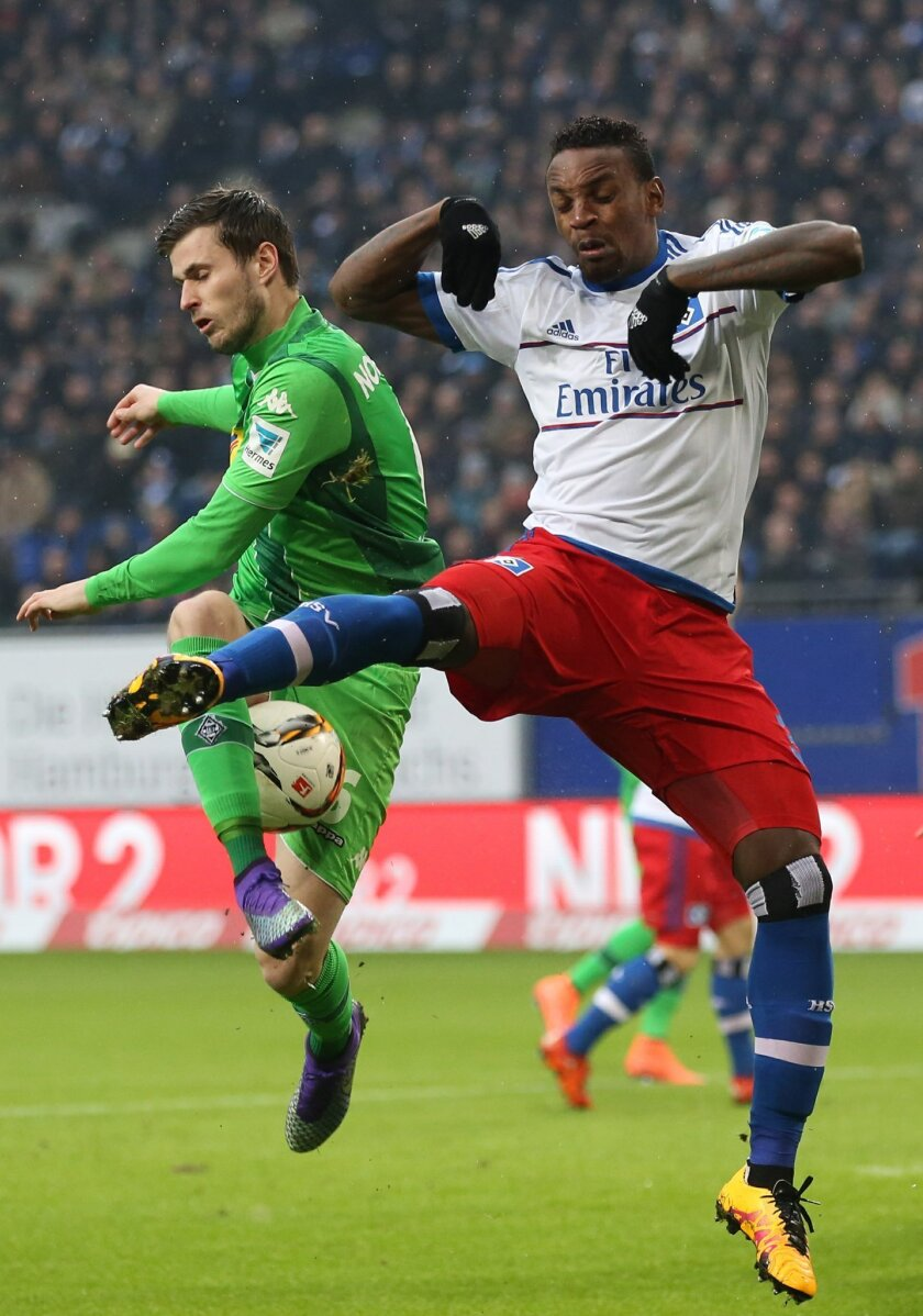 Hamburg's Cleber and Moenchengladbach's Havard Nordtveit , left, compete for the ball during the German Bundesliga  soccer  match between Hamburg SV and Borussia Moenchengladbach   in Hamburg, Germany,  Sunday Feb. 14, 2016.  (Christian Charisius/dpa via AP)