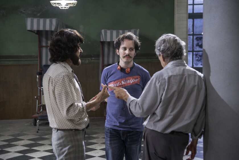"""Isaac Ezban (al centro) es un director mexicano que se ha especializado en trabajos de ciencia-ficción psicológica; en esta foto, aparece durante el rodaje de su más reciente producción, """"Los parecidos""""."""