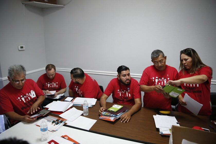 En esta imagen, miembros de Culinary Union Local 226 se reúnen en su centro en Las Vegas para preparar la campaña electoral de Ruben Kihuen, un candidato latino al Congreso de Estados Unidos. La mitad de los asociados al sindicado, donde predominan los migrantes, son latinos. (AP Foto/John Locher)