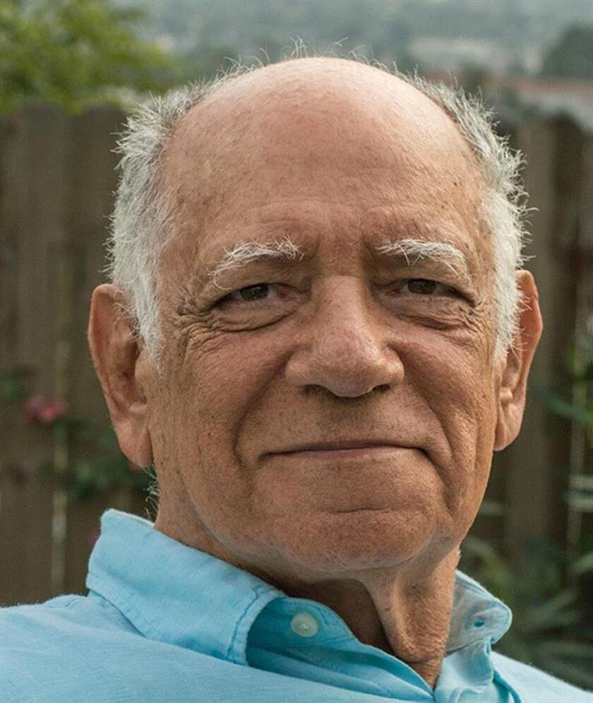 """Fotografía cedida por el escritor, poeta, columnista y crítico cinematográfico venezolano, Rodolfo Izaguirre, que presentará este sábado en Miami su libro """"En el tiempo de mi propia vida"""", y dice que no se va de su país, porque quiere """"ver el final de la película"""". EFE/Archivo Izaguirre/SOLO USO EDITORIAL/NO VENTAS"""