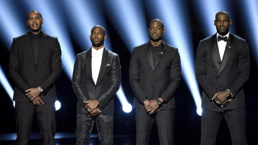 Los jugadores de NBA, de izquierda a derecha, Carmelo Anthony, Chris Paul, Dwyane Wade y LeBron James hablan en el escenario durante los Premios ESPY en el Teatro Microsoft, el miércoles 13 de julio de 2016 en Los Ángeles. (Foto by Chris Pizzello/Invision/AP)