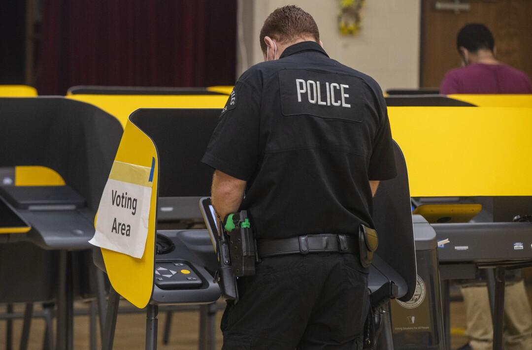 Ein LAPD-Beamter gibt seine Stimme bei der Gouverneurswahl im Boyle Heights Senior Center ab