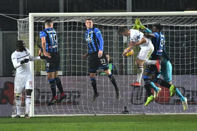 El delantero polaco del Milan Krzysztof Piatek logra el tercer gol ante el Atalanta en Bérgamo, Italia. EFE/EPA