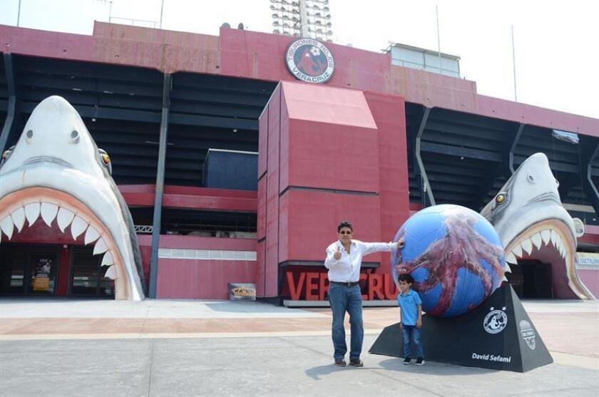 El presidente del club de fútbol Tiburones Rojos de Veracruz, Fidel Kuri, durante una entrevista con Efe frente al estadio, en el puerto de Veracruz (México). EFE/Archivo