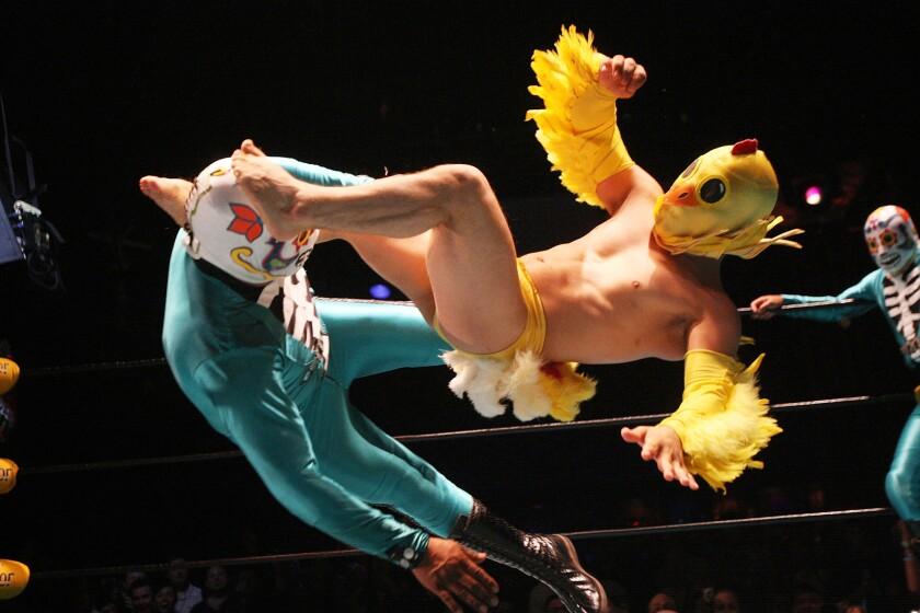 Dos luchadores mexicanos de Lucha VaVoom durante una presentación pasada en el Mayan Theatre, donde la próxima semana se llevarán a cabo dos funciones relacionadas al Día del Amor.