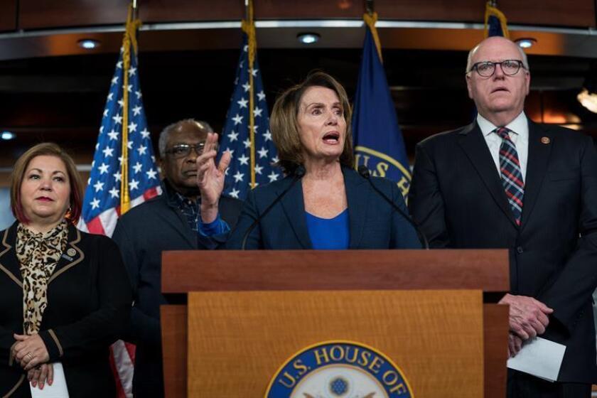 La líder de la minoría demócrata en la Cámara de Representantes, Nancy Pelosi (2d), ofrece una rueda de prensa en Washington, EE.UU., el 31 de enero del 2018, para hablar sobre el discurso del presidente estadounidense, Donald Trump, sobre el Estado de la Unión. EFE