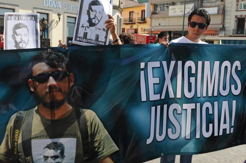 Periodistas y amigos de Rubén Espinosa, fotoperiodista asesinado hace tres años en Ciudad de México, protestan en Xalapa, estado de Veracruz (México). EFE/Archivo