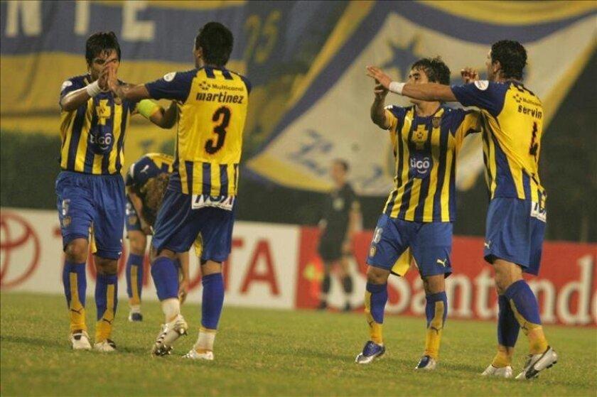 En la imagen, jugadores del equipo Luqueño de Paraguay. EFE/Archivo