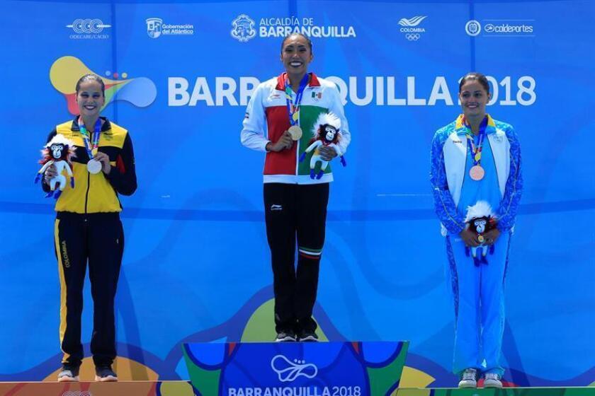 La mexicana Joana Jiménez (c), medalla de oro, la colombiana, Mónica Arango (i), plata, y la arubiana Kyra Hoevertsz, bronce, posan en el podio durante la premiación hoy, sábado 28 de julio de 2018, de nado sincronizado sólo técnico en los XXIII Juegos Centroamericanos y del Caribe 2018 en Barranquilla (Colombia). EFE