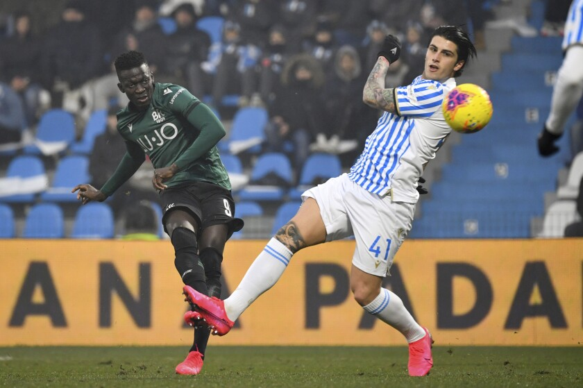 Bologna's Musa Barrow, left, scores his side's second goal during the Italian Serie A soccer match between Spal and Bologna at the Paolo Mazza stadium in Ferrara, Italy, Saturday, Jan. 25, 2020. (Massimo Paolone/LaPresse via AP)
