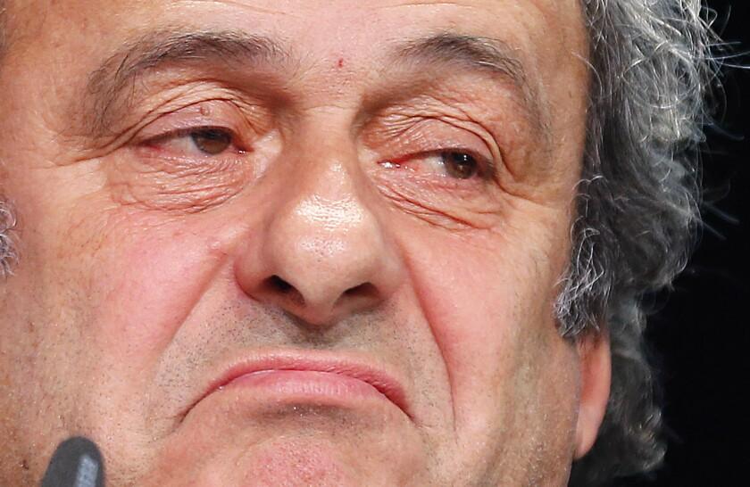 El presidente de la UEFA, Michel Platini, gesticula durante una conferencia de prensa el jueves, 28 de marzo de 2015, en Zurich, Suiza.