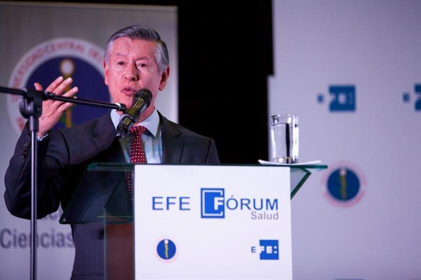 El doctor Fernando Sempértegui, rector de la Universidad Central, habla durante el I Foro EFE de Salud en Quito (Ecuador), sobre el alcance del cáncer en Ecuador y América Latina. EFE