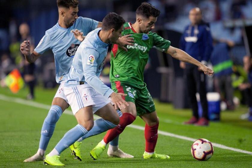 El defensa del Celta de Vigo, Hugo Mallo (c), pugna por un balón con el centrocampista del Alavés, Jony Rodríguez (d), durante el partido correspondiente a la novena jornada de LaLiga Santander. EFE/Archivo