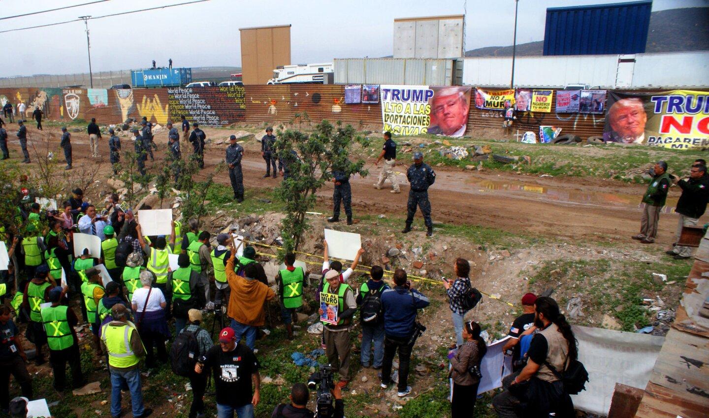Un grupo de mexicanos se manifiesta junto a la frontera que delimita a México con territorio norteamericano en el punto de Las Torres, en Tijuana, cerca de donde construyeron los prototipos que revisño el presidente Trump.